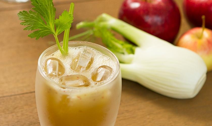 Suco de maçã, salsão e hortelã