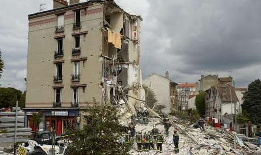 Bombeiros trabalham em escombros após explosão de prédio em Paris