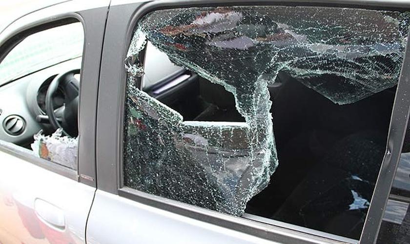 Carro com vidro quebrado após ataque de gerente de posto