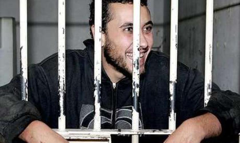 Carlos Eduardo Sundfeld Nunes, o Cadu, sorri na cela após ser preso, em 2010