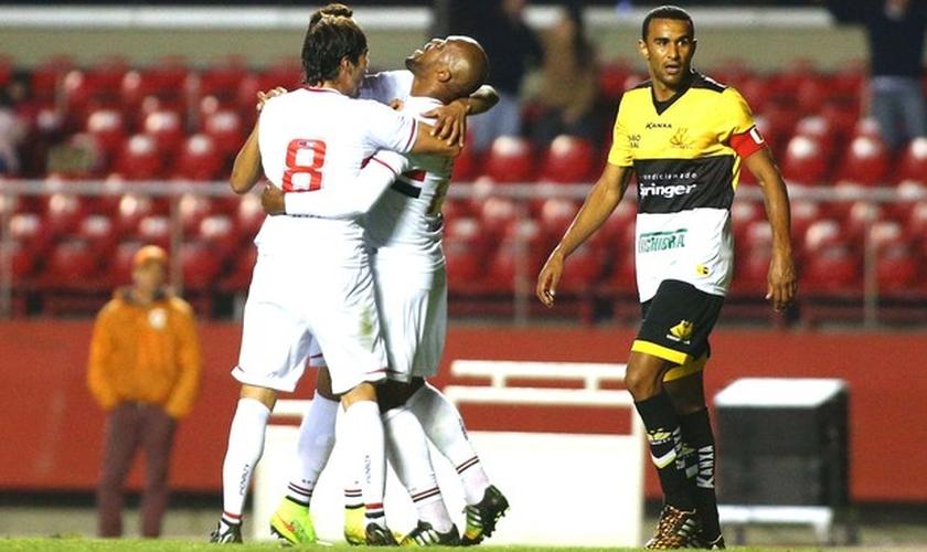 Gol contra, primeiro da vitória do São Paulo, é dado para Edson Silva