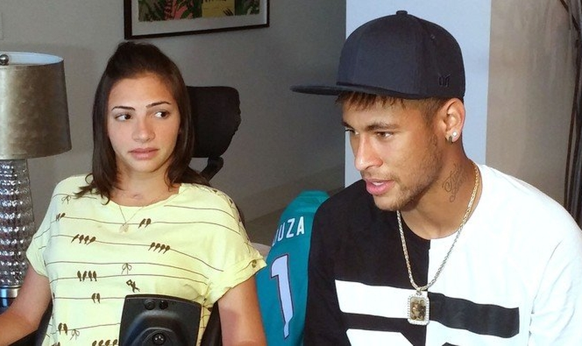 """Neymar visita atleta paraplégica e diz que ora por ela: """"Eu peço a Deus que te faça um milagre"""""""
