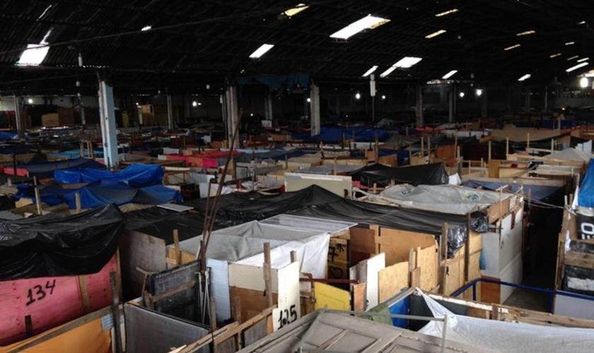 Galpão de antiga fábrica de tecidos está lotada de barracos desde março
