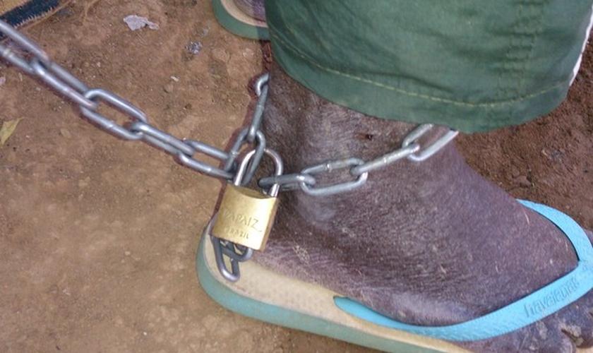 Idoso estava acorrentado por um dos pés