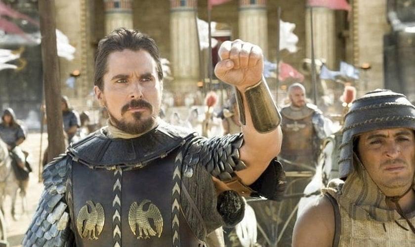 Após chamar Moisés de 'esquizofrênico', Christian Bale é criticado por escritor cristão