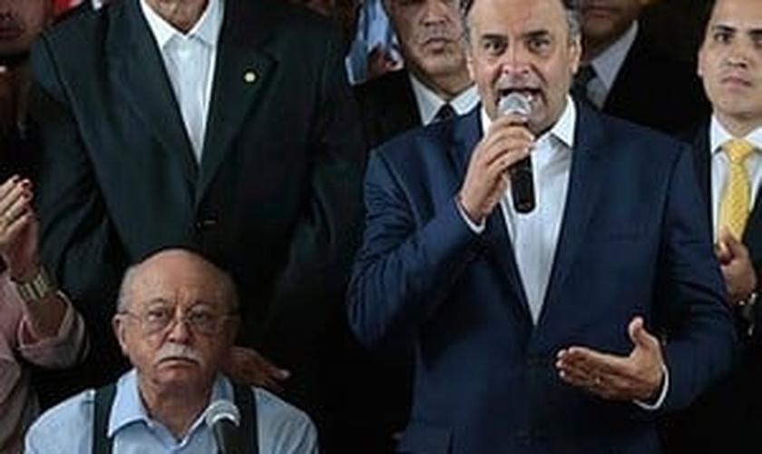 Roberto Amaral (esq.) ao lado de Aécio, em reunião que anunciou apoio do PSB ao tucano