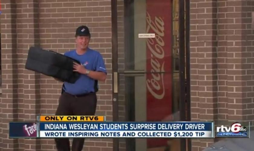 Estudantes cristãos dão gorjeta de mais de 1.200 dólares a entregador de pizza