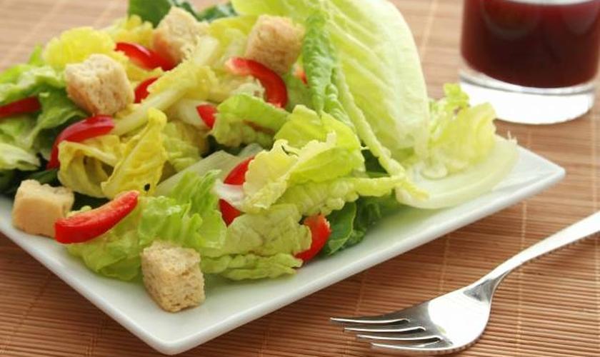 Conheça quatro dicas para ficar satisfeito consumindo salada
