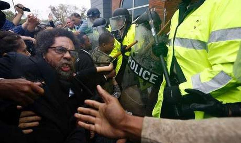 Ativista é derrubado durante confusão com a polícia em um protesto em Ferguson, no Estado do Missouri, EUA. 13/10/2014.