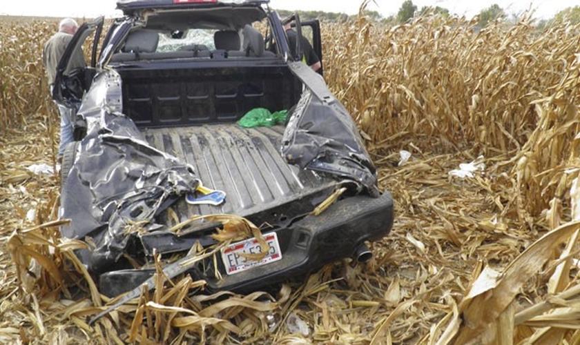 Um homem morreu horas depois de seu casamento após a caminhonete em que estava capotar nos EUA