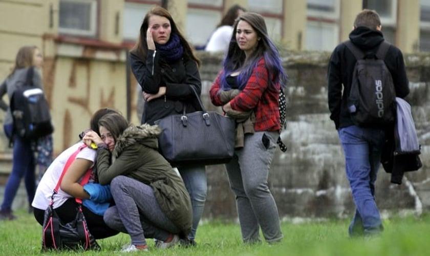 Estudantes choram depois do ataque em escola do ensino médio de cidade da República Tcheca