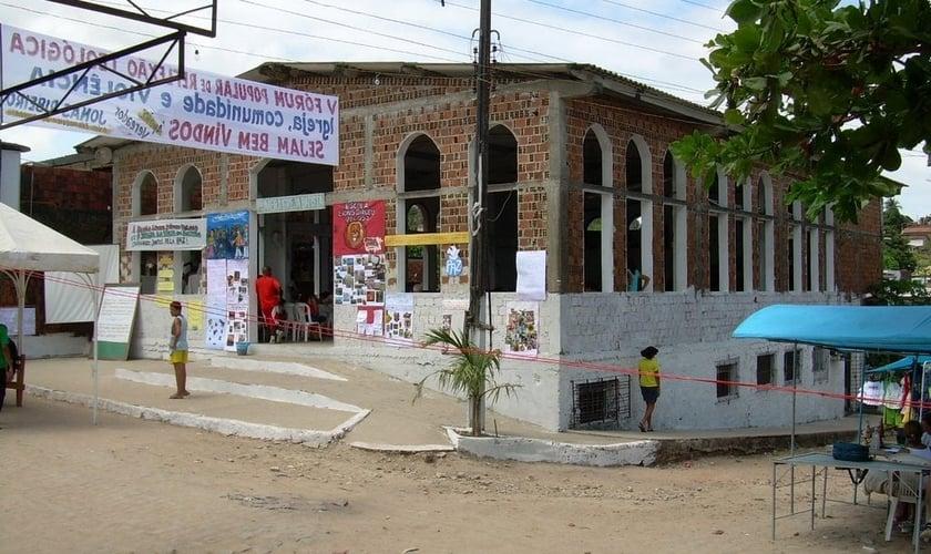 Uma igreja sem portas e janelas
