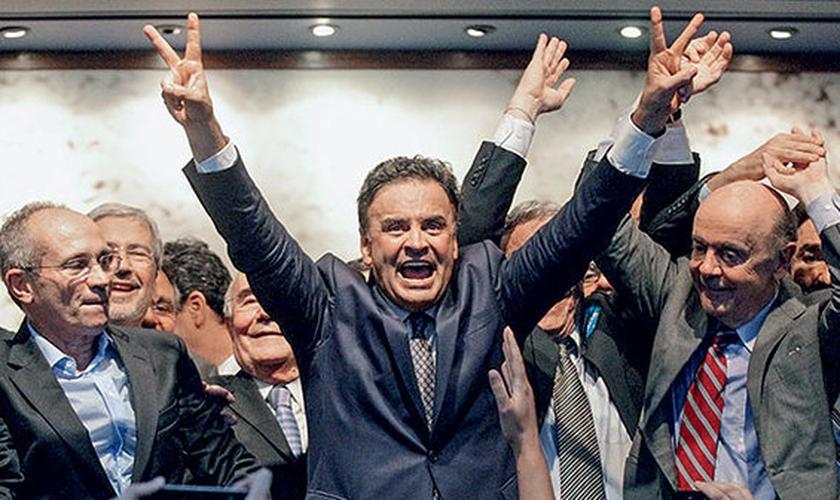 VOLTA POR CIMA – Aécio Neves, cercado por correligionários no encontro que marcou o reinício de sua campanha, em Brasília