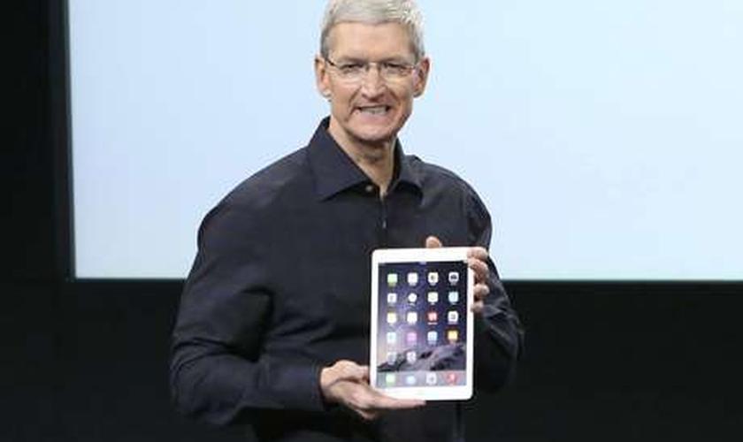 Este é o novo iPad 2. Você consegue vê-lo?, brincou Tim Cook, presidente-executivo da Apple, ao mostrar o quão fino é o tablet