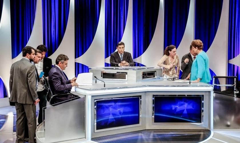Os candidatos à Presidência da República Aécio Neves (PSDB) e Dilma Rousseff (PT) durante intervalo de debate presidencial em São Paulo (SP)