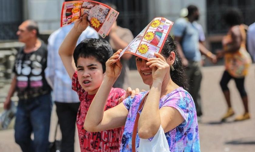 Paulistanos enfrentam calor no Viaduto do Chá, no centro de São Paulo (SP), no começo da tarde desta sexta-feira (17). Temperatura chegou a 37,8ºC