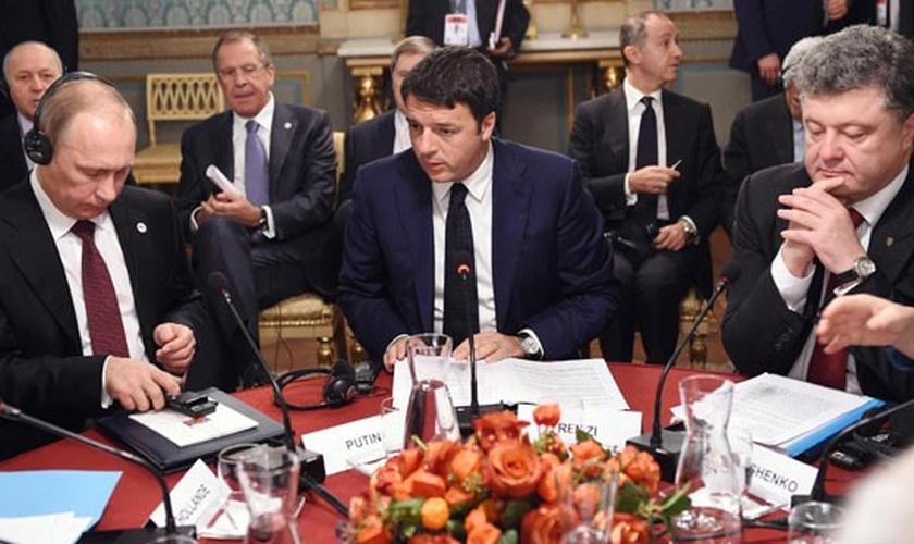 O premiê da Itália, Matteo Renzi, fala com os presidentes da Rússia, Vladimir Putin, e da Ucrânia, Petro Poroshenko, em reunião em Milão nesta sexta-feira (17)