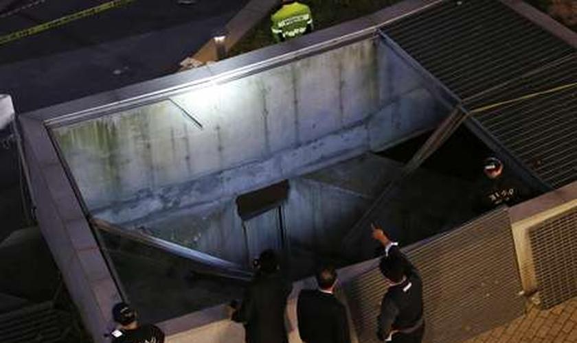 Policiais examinam local do acidente que matou 16 pessoas em Seul nesta sexta-feira