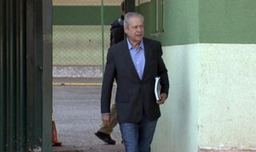 Dirceu deixa Centro de Progressão Penitenciária do DF para trabalhar