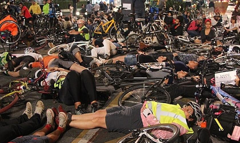 Ciclistas se deitar no chão em ato após atropelamento que matou jovem na Avenida Paulista nesta segunda-feira (27), em São Paulo
