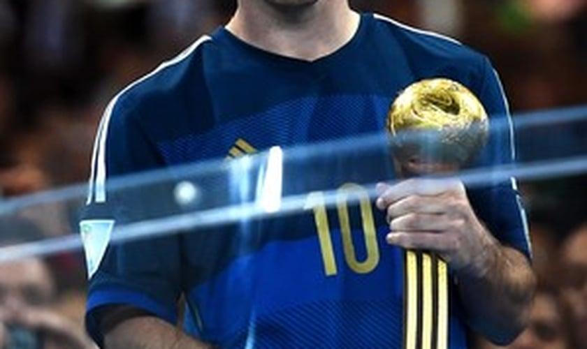 Messi com a Bola de Ouro da Copa após a final no Maracanã: prêmio contestado