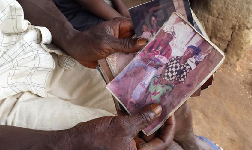Em foto divulgada pela Unicef nesta quinta-feira (28), uma pessoa segura uma fotografia do menino Emile Ouamouno, ainda bebê: quando tinha 2 anos, o garoto foi a primeira vítima de ebola desta epidemia, e é conhecido como o 'paciente-zero'; ele, sua mãe,