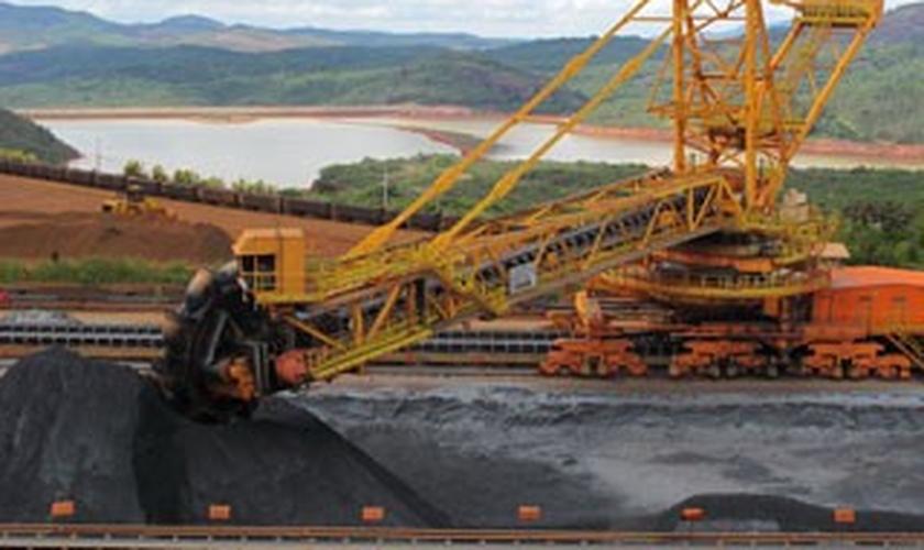 Carregamento de minério de ferro na Mina de Brucutu (MG)