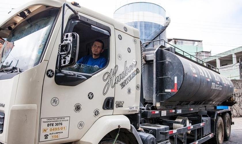 Antes mesmo de estacionar o caminhão para a distribuição de água, uma fila de moradores já começou a se formar, contou Fábio