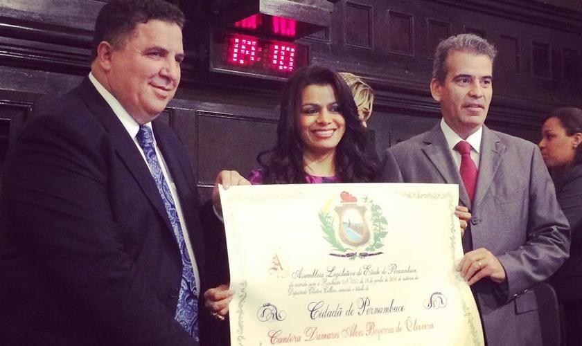 Em Recife (PE), cantora Damares recebe título de Cidadã Pernambucana