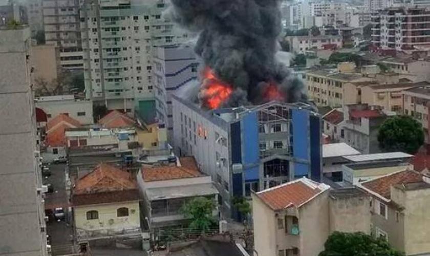 Incêndio atinge igreja evangélica, na zona norte do RJ