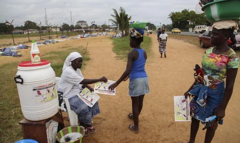 Presidente da Serra Leoa retira medidas de quarentena contra o ebola