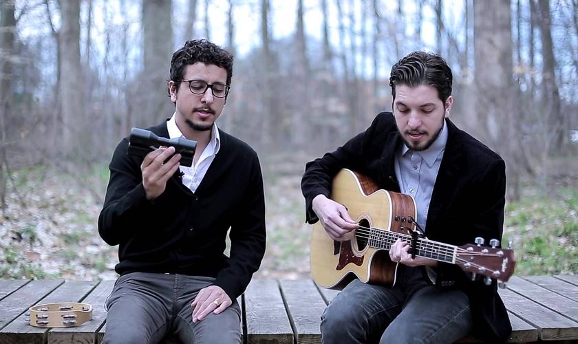 Os irmãos André e Tiago Arrais têm conquistado o público com suas canções introspectivas, que falam sobre fé e espiritualidade em um formato visivelmente poético