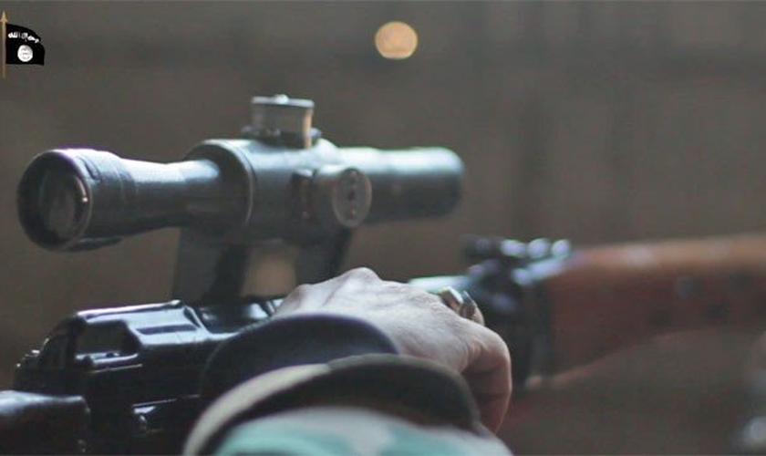 Na internet, um vídeo do Estado Islâmico (EI) mostra uma série de assassinatos cometidos por um atirador de elite, no leste da Síria.