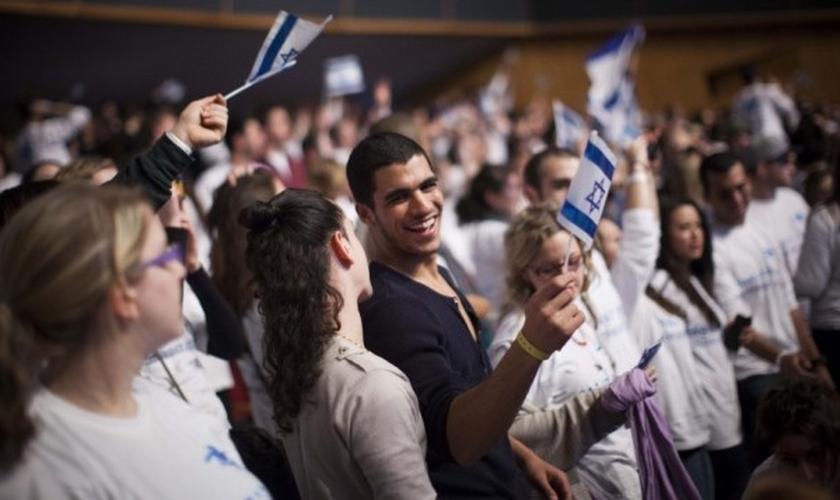 Jovens judeus durante festa religiosa. (Foto: Reprodução/ Times Of Israel)