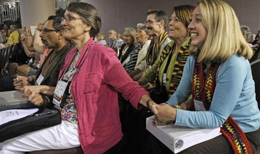 Mulheres sorriem diante da aprovação da ordenação de gays e lésbicas na PCUSA. (AP Images/Jim Mone)