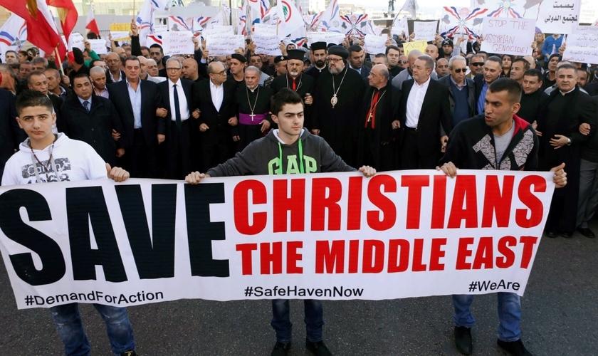 Assírios protestam em solidariedade aos cristãos sequestrados. (Reuters/Mohamed Azakir)