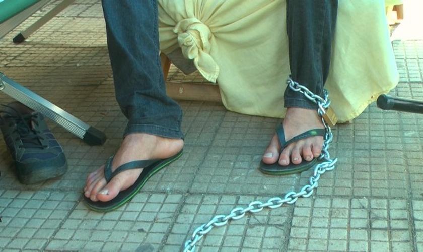 O pastor Miquéias da Costa aderiu ao protesto e se acorrentou na frente da Casa Legislativa do município.