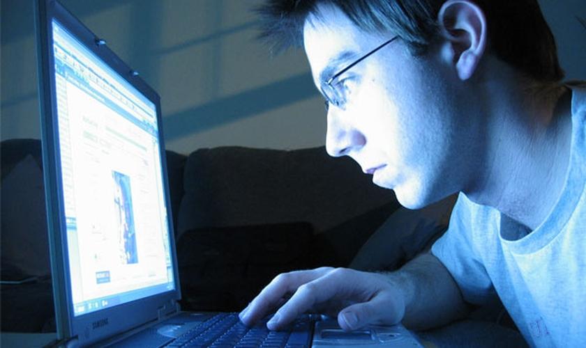 Jovem na internet