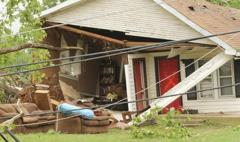 Casa assolada por uma série de tornados que atingiu os Estados das Grandes Planícies nesta segunda-feira (11).