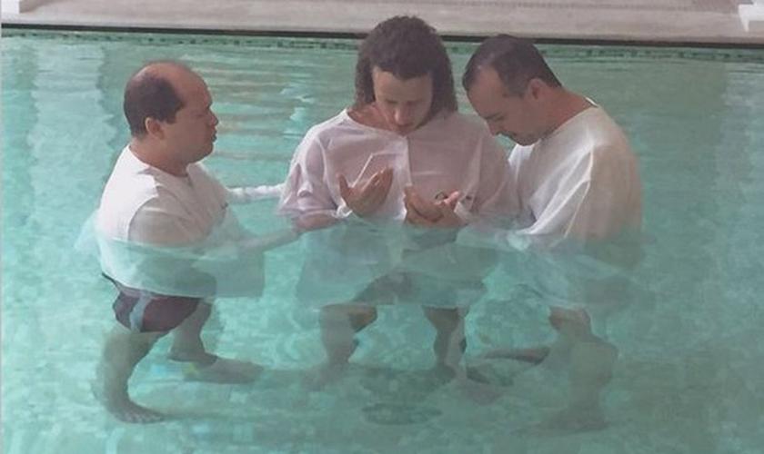 A foto do batismo foi publicada nesta sexta-feira (15),  em sua conta no Instagram