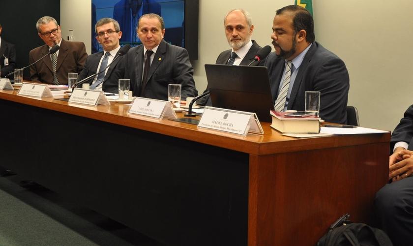 Mesa composta por palestrantes que participaram do debate sobre liberdade religiosa, durante uma audiência Pública, na Comissão de Relações Exteriores e de Defesa Nacional