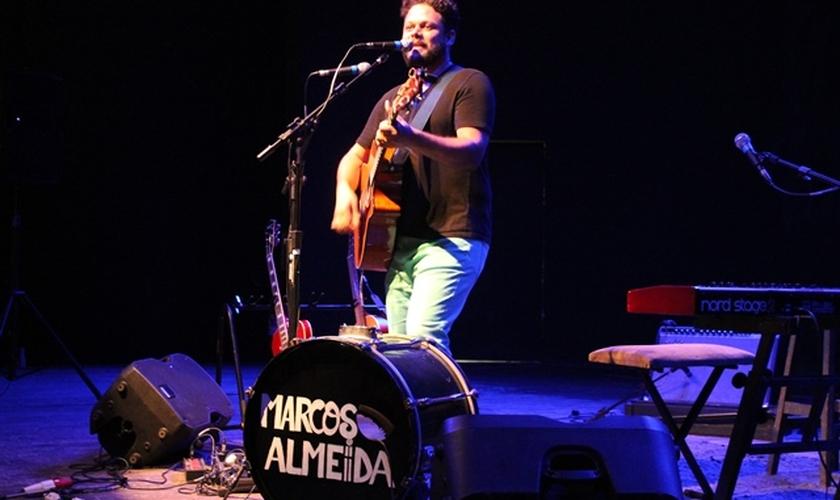 Marcos Almeida é cantor, compositor, instrumentista e tem sido grande influência para uma nova geração de músicos cristãos, que investem em canções que usam a riqueza da poesia para sobre o evangelho, salvação e relacionamento com Deus.