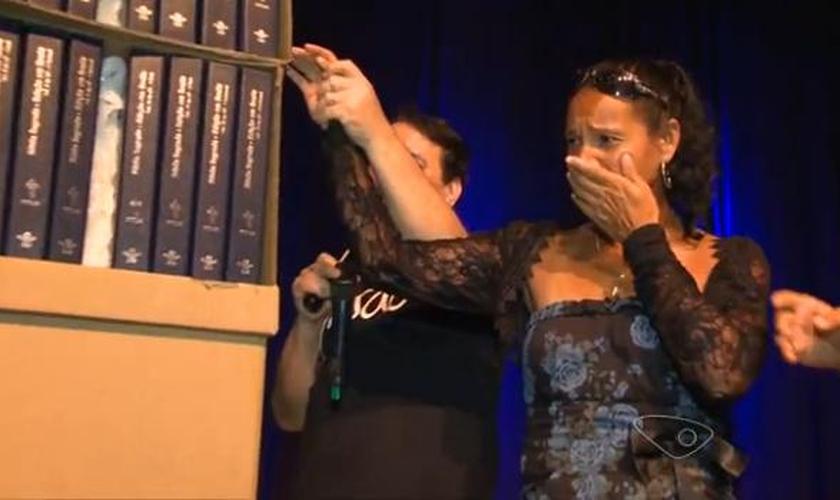 Ao receber o presente, a corredora e paratleta Renata Bazone chorou, emocionada. (g1)