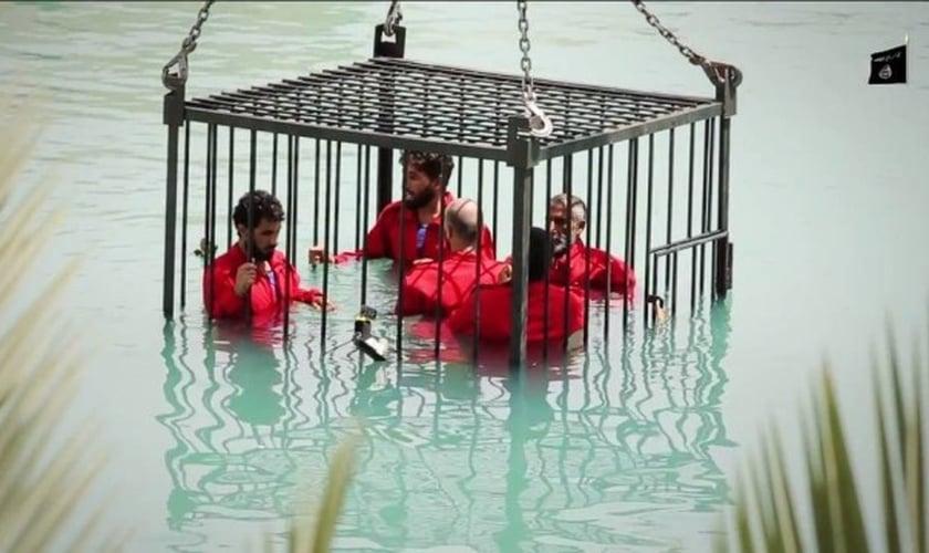 Cinco deles foram colocados dentro de uma gaiola, que foi submersa numa piscina, e morreram afogados. (slamic State/Wilayat Nineveh)
