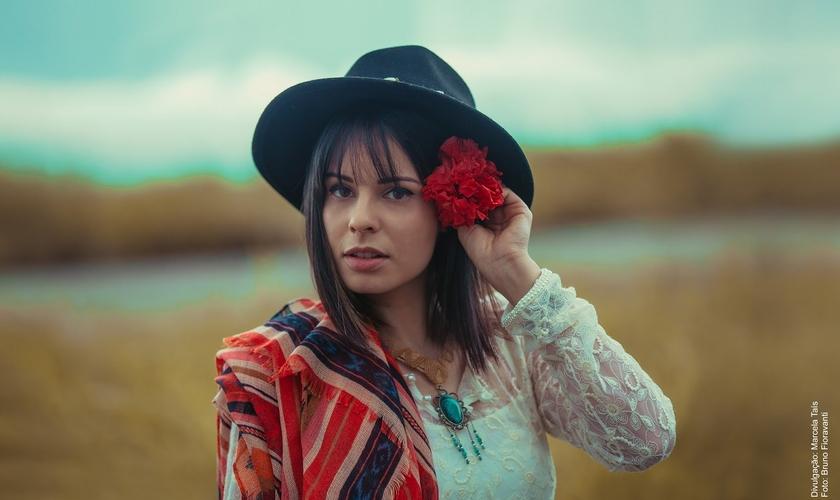 """Marcela Tais em seu novo álbum """"Moderno à Moda Antiga"""". (Foto: Divulgação)"""