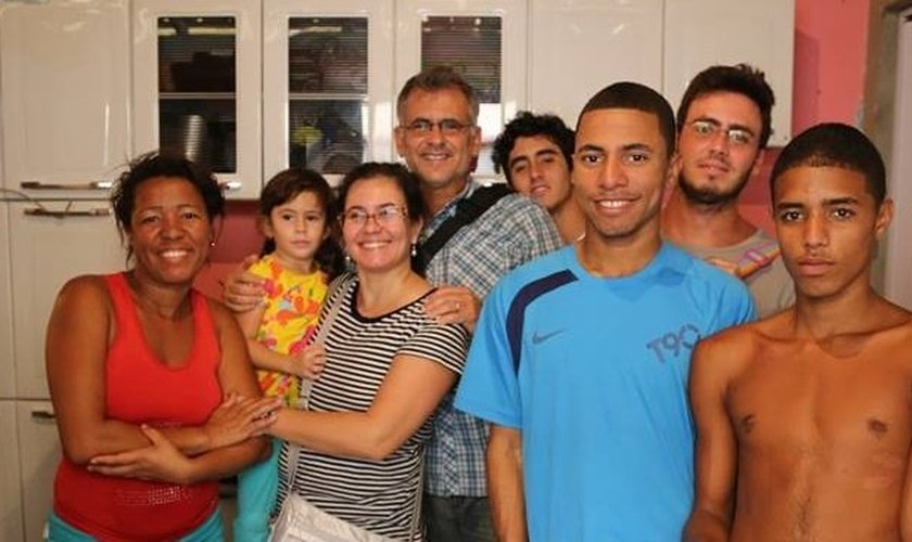 Antônio Carlos Costa em visita à família da favela