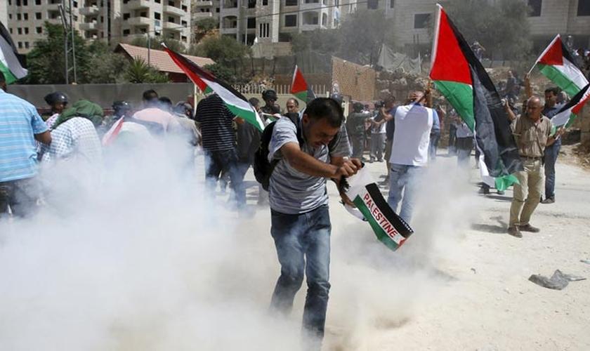 Uma manifestação iniciada por católicos contra a extensão do muro foi contida pelas forças israelenses.
