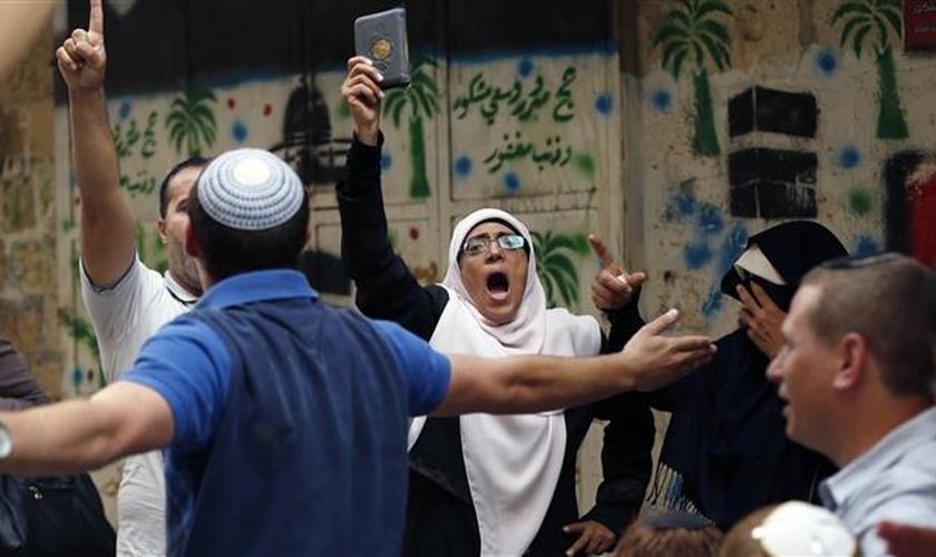 Muçulmanos confrontam judeus na Esplanada das Mesquitas, em Jerusalém. (AFP/ Ahmad Gharabli)