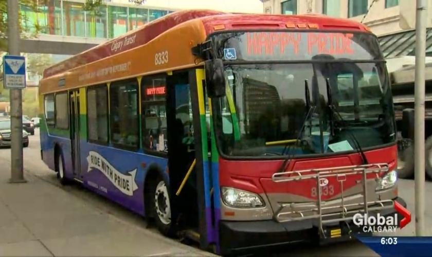 """O ônibus temático, que levava as cores do arco-íris, promovia o """"Orgulho Gay"""". (Foto: Calgary Global Video)"""