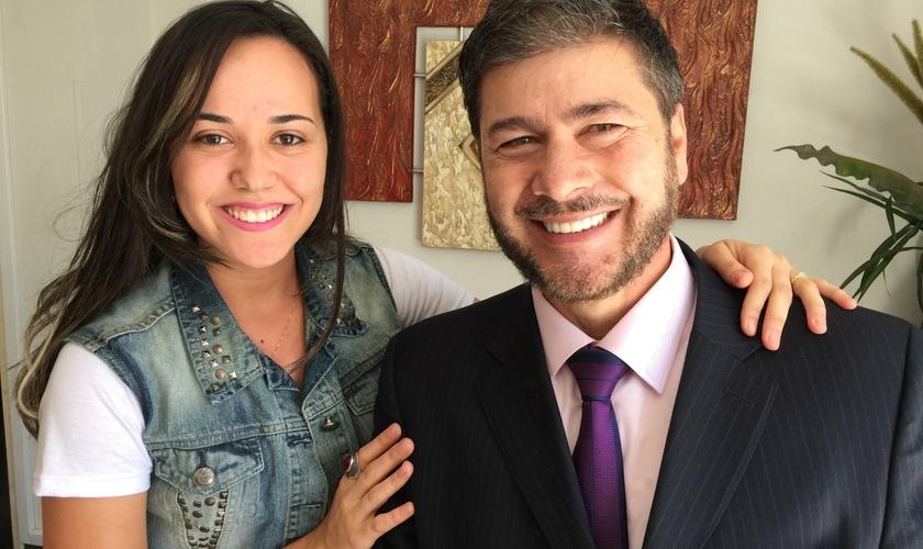 Pastora Bianca de Oliveira ao lado do preletor convidado, pastor Joel Engel.